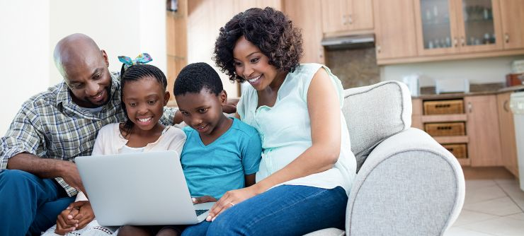 parents-and-their-children-using-laptop-in-living--HVM5ABS.jpg